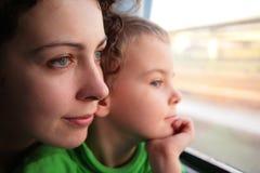 Regard de mère et de fils dans l'hublot Photographie stock libre de droits