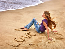 Regard de mer de fille d'été sur l'eau Image libre de droits
