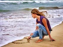 Regard de mer de fille d'été sur l'eau Photos libres de droits