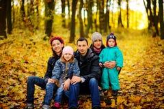 Regard de parents aux enfants en stationnement d'automne photographie stock
