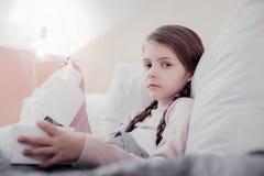 Regard de petite fille pâle avec des serviettes image libre de droits