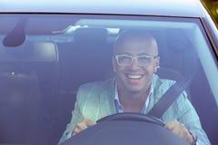 Regard de sourire beau d'homme d'affaires hors de sa nouvelle fenêtre de voiture images libres de droits