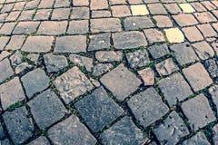 Regard de vintage au trottoir de pavé rond Images libres de droits