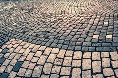 Regard de vintage au trottoir de pavé rond Image libre de droits