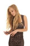 Regard des textes de robe d'impression de guépard de femme vers le bas Photos stock