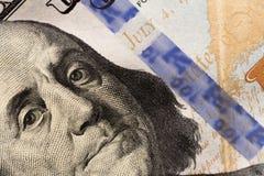 Regard du ` s de Benjamin Franklin sur cent billets d'un dollar r images libres de droits