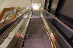 Regard en bas d'un escalator image libre de droits