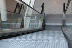 Regard en bas d'un escalator de centre commercial Image stock
