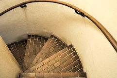 Regard en bas d'un escalier spiral? photo stock