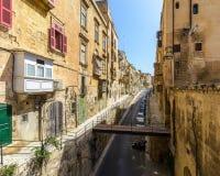 Regard en bas de St Ursula Street Valletta Malta Photographie stock