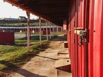 Regard en bas du côté d'une grange rouge Photographie stock libre de droits
