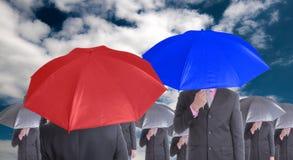 Regard et concurrence rouges et bleus de chef de parapluie ensemble Photos stock