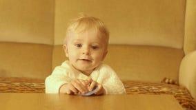 Regard et dissimulation bienveillants de bébé garçon de mois 9-10 banque de vidéos