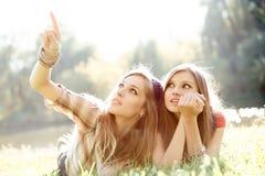 Regard extérieur de deux amies vers le haut Photo libre de droits