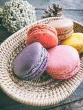 Regard français de macaron de couleur en pastel si doux dans le peu de bambou b Image libre de droits