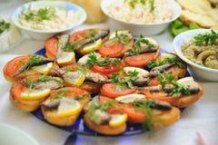 Regard gentil et nourriture savoureuse photos stock