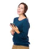 Regard heureux de femme au téléphone portable Photo libre de droits