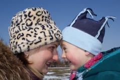 Regard heureux de mère et de fils à l'un l'autre Photographie stock libre de droits