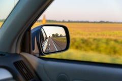 Regard hors de la fen?tre de voiture tout en conduisant pr?s des terres cultivables rurales dans les sud photos stock