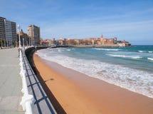 Regard le long de la plage de San Lorenzo vers la péninsule de Santa Photo stock
