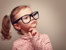 Regard mignon de pensée de fille d'enfant. Effet d'Instagram Photo libre de droits
