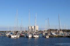 Regard panoramique au sujet du port de yacht de Burgtiefe images libres de droits