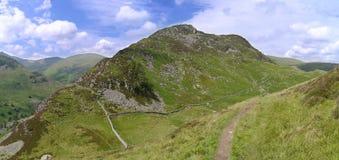Regard panoramique vers le bas au col entre les montagnes Photographie stock libre de droits