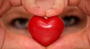Regard par des mains formant le coeur Images libres de droits
