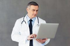 Regard par des résultats médicaux Photographie stock libre de droits