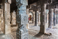 Regard par le Mandapam à colonnes au tombeau de Mariamman Photographie stock