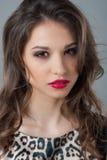 Regard pénétrant d'une belle jeune fille Beauté normale Photo stock