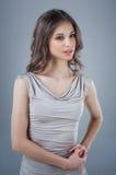 Regard pénétrant d'une belle jeune fille Beauté normale Portrait de studio Photos libres de droits
