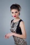 Regard pénétrant d'une belle jeune fille Beauté normale Portrait de studio Photo stock