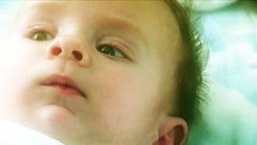 Regard rêveur de bébé banque de vidéos