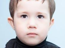 Regard sérieux d'enfant Photographie stock libre de droits