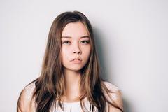 Regard sérieux et intéressé de jeune belle femme triste images stock
