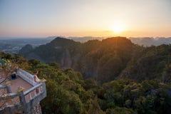 Regard spectaculaire à la province de Krabi de Tiger Cave Monastery au coucher du soleil, Thaïlande photographie stock