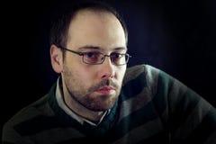 Regard sérieux ou mélancolique d'un homme avec la barbe Photographie stock libre de droits