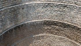 Regard sur les murs d'un puits images libres de droits