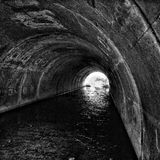 Regard vers l'extrémité du tunnel avec de l'eau Image libre de droits