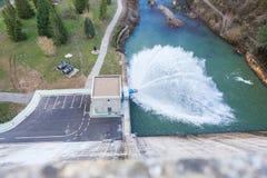 Regard vers le bas du mur d'un barrage au débordement Image libre de droits
