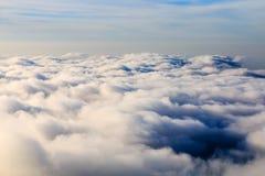 Regard vers le bas sur des nuages d'un haut mountan Photos stock