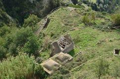 Regard vers le bas sur des ruines de Chambre de ferme en Italie Photographie stock libre de droits