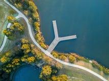 Regard vers le bas sur la jetée de Y sur le lac images libres de droits