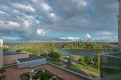 Regard vers le bas sur le lac de forêt photographie stock libre de droits