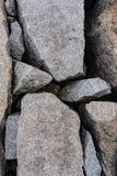 Regard vers le bas sur un brise-lames de granit Photos stock
