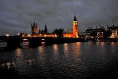 Regard vers les maisons du parlement le long de la Tamise image libre de droits