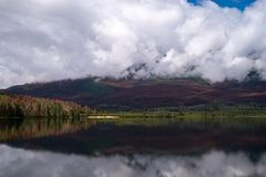 Regardant à travers le lac pyramid en Jasper National Park, Alberta, Canada, début de la matinée, la réflexion des couleurs de la images stock
