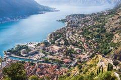 Regardant au-dessus de la baie de Kotor dans Monténégro avec la vue des montagnes, des bateaux et des vieilles maisons avec des t photographie stock