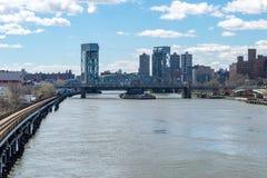 Regardant au sud le long de la rivière Harlem Madison Avenue Bridge dans Harlem, NYC, Etats-Unis photo stock